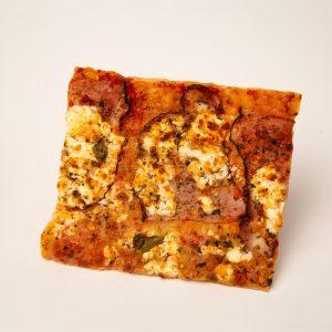 Pica ar šķiņķi un kazas piena sieru