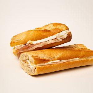 Sendvičs ar žāvētu šķiņķi un camambert sieru